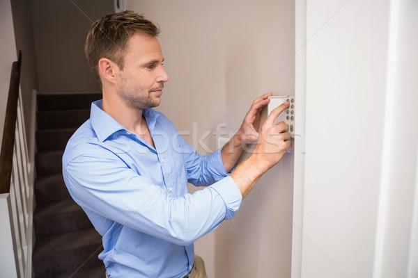 Uomo home allarme muro casa sicurezza Foto d'archivio © wavebreak_media