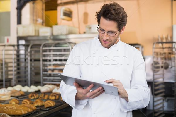 Бейкер чтение что-то буфер обмена кухне хлебобулочные Сток-фото © wavebreak_media