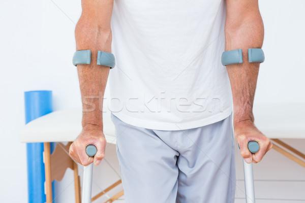 Paciente em pé muleta médico escritório homem Foto stock © wavebreak_media