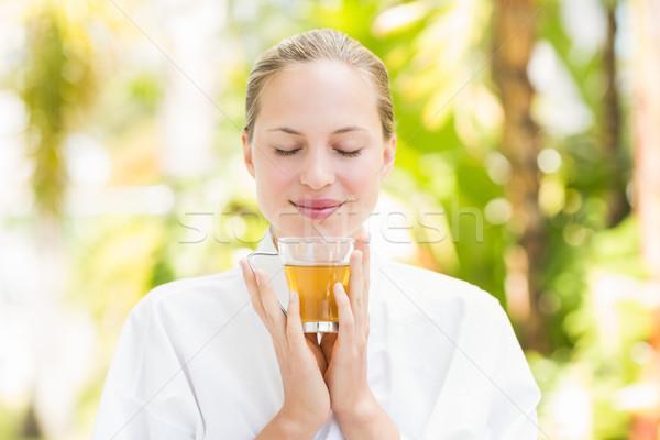 Mujer atractiva potable té vidrio spa centro Foto stock © wavebreak_media