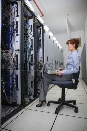 Técnico falante telefone olhando servidores grande Foto stock © wavebreak_media