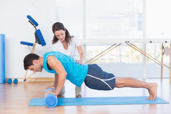 Trener pracy człowiek wykonywania fitness studio Zdjęcia stock © wavebreak_media