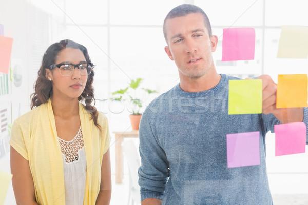 Concentrado homem indicação notas escritório negócio Foto stock © wavebreak_media