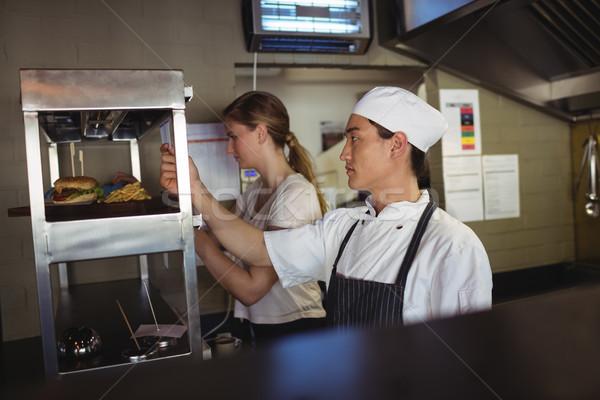 Chef mirando para lista comerciales cocina Foto stock © wavebreak_media