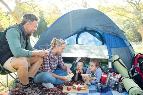 Familie snacks buiten tent camping boom Stockfoto © wavebreak_media
