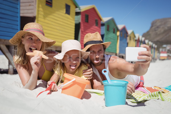 Boldog család elvesz pléd tengerpart együtt napos idő Stock fotó © wavebreak_media