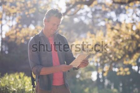 Feliz masculina caminante pie digital tableta Foto stock © wavebreak_media