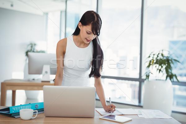 внимательный исполнительного рабочих столе служба бумаги Сток-фото © wavebreak_media
