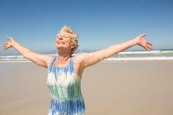 Mutlu kadın silah ayakta açık gökyüzü plaj Stok fotoğraf © wavebreak_media