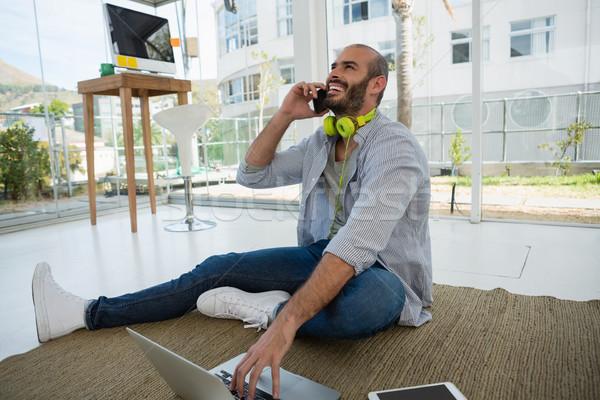 Vrolijk ontwerper praten mobiele telefoon vergadering vloer Stockfoto © wavebreak_media