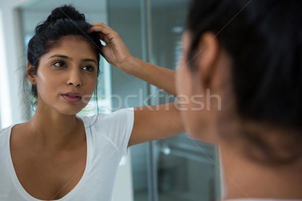 Mooie vrouw spiegel badkamer home liefde vrouwelijke Stockfoto © wavebreak_media
