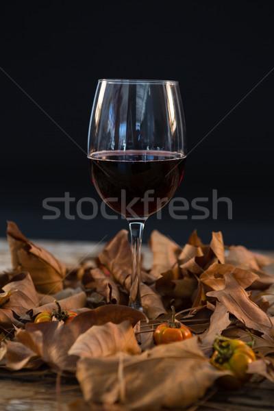 Bicchiere di vino vetro asciugare foglie tavolo in legno nero Foto d'archivio © wavebreak_media
