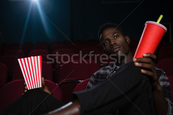 Man popcorn koude drank kijken film theater Stockfoto © wavebreak_media