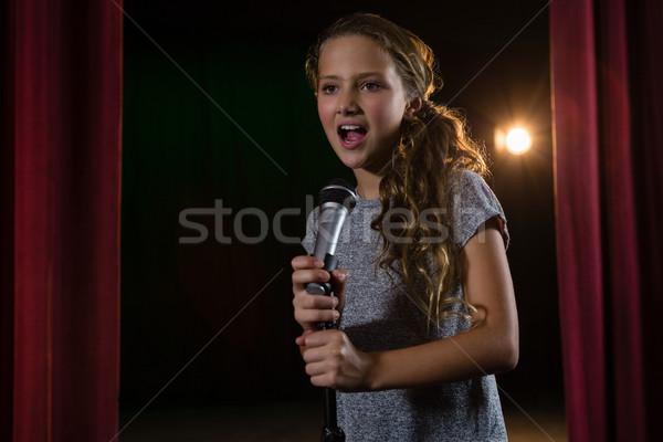 Vrouwelijke kunstenaar zingen lied fase theater Stockfoto © wavebreak_media