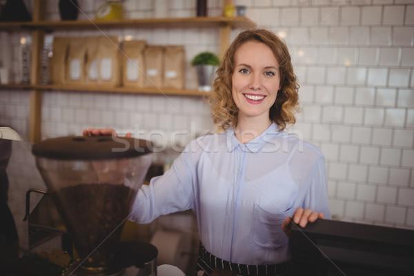 Retrato sonriendo jóvenes camarera pie Foto stock © wavebreak_media