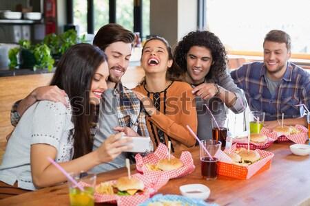 Felice giovani amici bevande seduta coffee shop Foto d'archivio © wavebreak_media