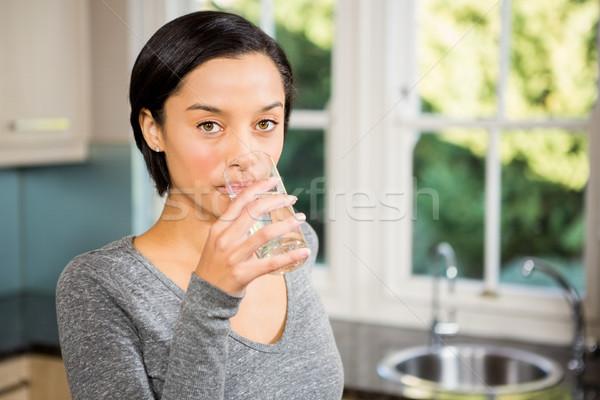 Lächelnd Brünette Trinkwasser Küche Hand home Stock foto © wavebreak_media