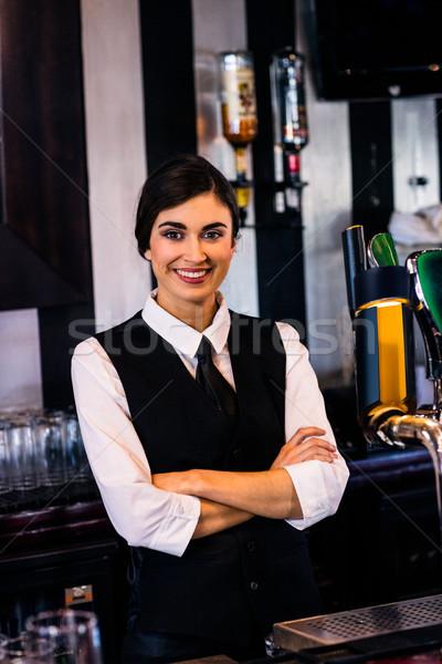 Retrato camarera detrás contra bar negocios Foto stock © wavebreak_media
