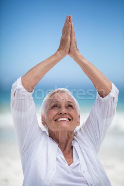 Hermosa mujer madura posando manos mar océano Foto stock © wavebreak_media
