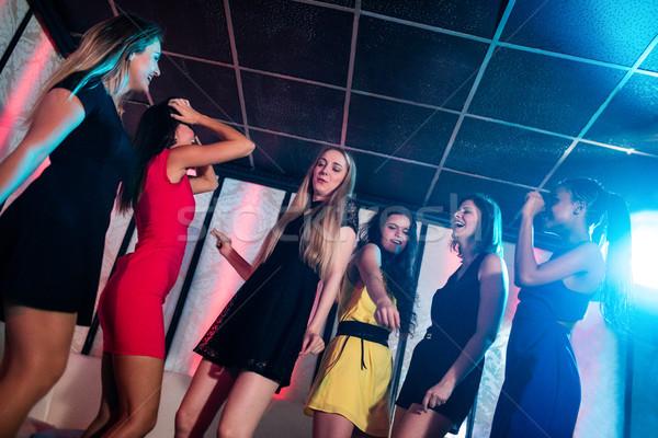 Souriant amis danse piste de danse bar femme Photo stock © wavebreak_media