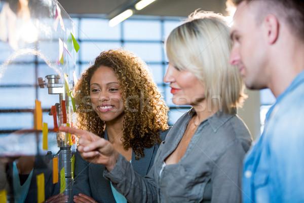 деловая женщина коллеги клей отмечает указывая Сток-фото © wavebreak_media