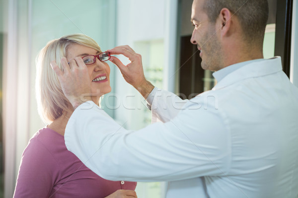 Optometrista consultor cliente óculos quadros ótico Foto stock © wavebreak_media