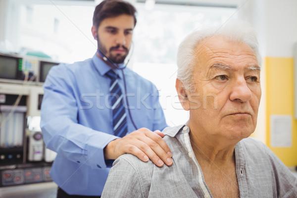 男性医師 調べる 患者 病院 男 病気 ストックフォト © wavebreak_media