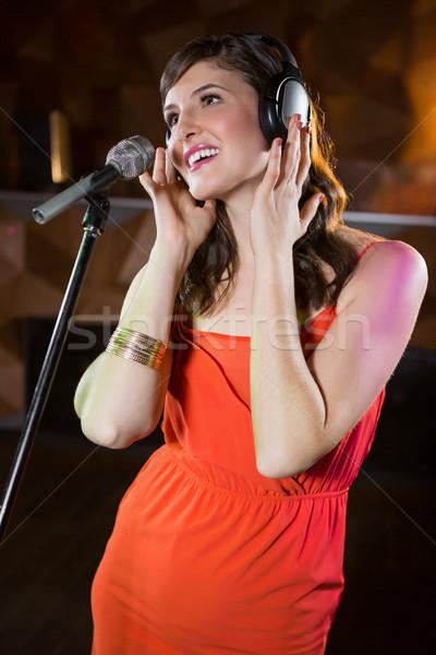 Kobieta śpiewu bar piękna kobieta muzyki mikrofon Zdjęcia stock © wavebreak_media