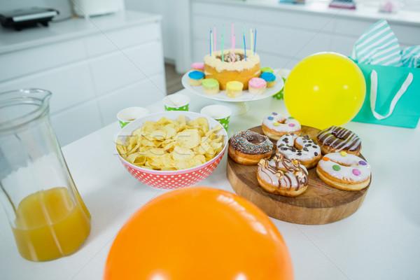 Batata lasca bolo de aniversário balões tabela cozinha Foto stock © wavebreak_media
