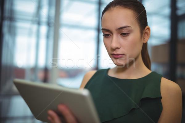 Mujer de negocios digital tableta oficina mujer web Foto stock © wavebreak_media