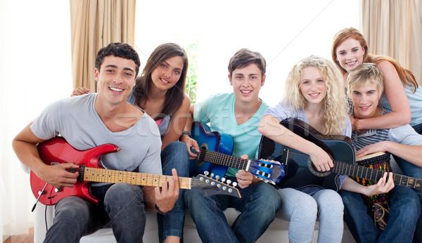 группа подростков играет гитаре домой вместе Сток-фото © wavebreak_media