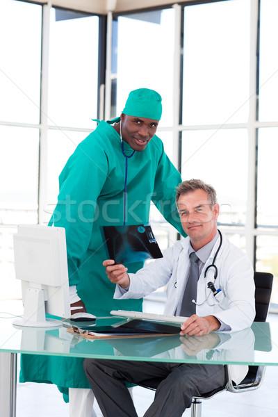 Professionali medici guardando Xray ospedale sorriso Foto d'archivio © wavebreak_media