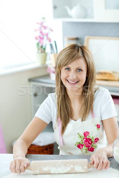 Portret zachwycony kobieta ciasto kuchnia domu Zdjęcia stock © wavebreak_media