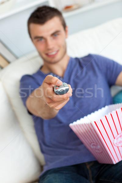 Sorridere uomo rilassante soggiorno strega popcorn Foto d'archivio © wavebreak_media