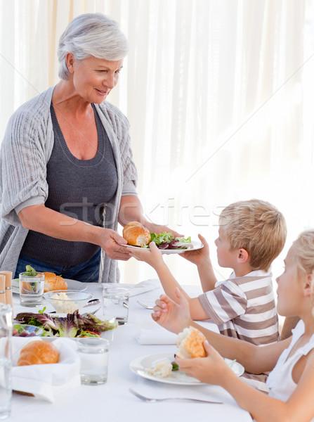 Grand-mère petit-fils alimentaire repas fille maison Photo stock © wavebreak_media