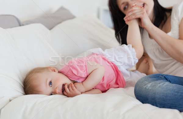 Jól kinéző barna hajú női játszik baba ágy Stock fotó © wavebreak_media