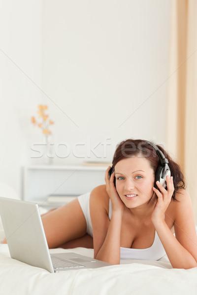 Stock fotó: Nő · hallgat · fejhallgató · dolgozik · laptop · néz
