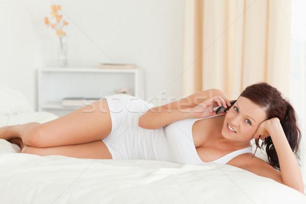 Stock fotó: Nyugodt · nő · telefonál · néz · kamera · hálószoba · arc