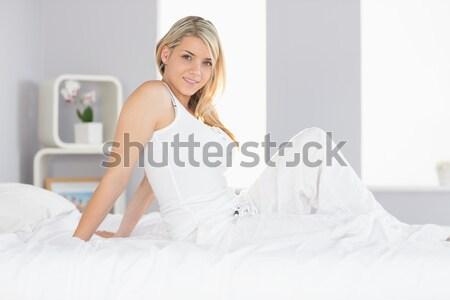 Donna bionda up seduta letto mani faccia Foto d'archivio © wavebreak_media