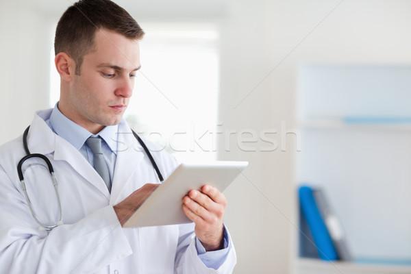 Konzentrierter Arzt Tablet medizinischen Gesundheit Krankenhaus Stock foto © wavebreak_media