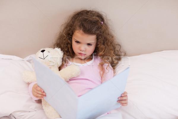 Kislány néz könyv gyermek otthon éjszaka Stock fotó © wavebreak_media