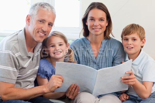 счастливая семья чтение книга вместе гостиной любви Сток-фото © wavebreak_media