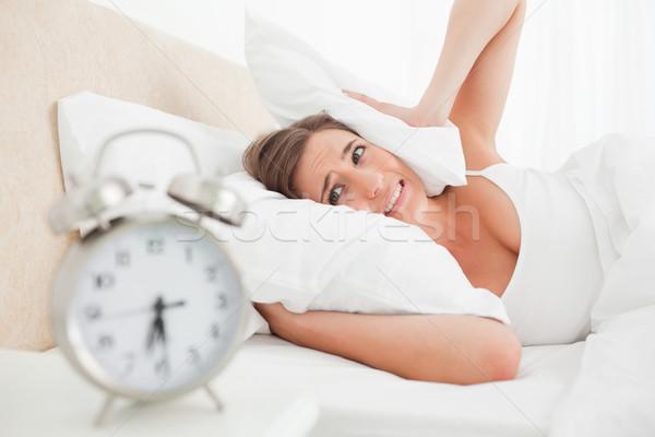 Enfoque mujer orejas almohada despertador anillos Foto stock © wavebreak_media
