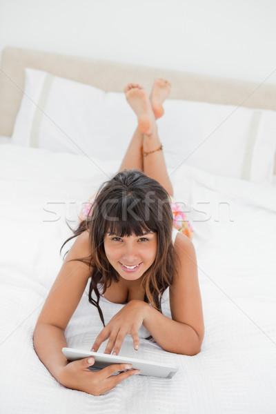 Sorridere touch letto bianco camera da letto Foto d'archivio © wavebreak_media