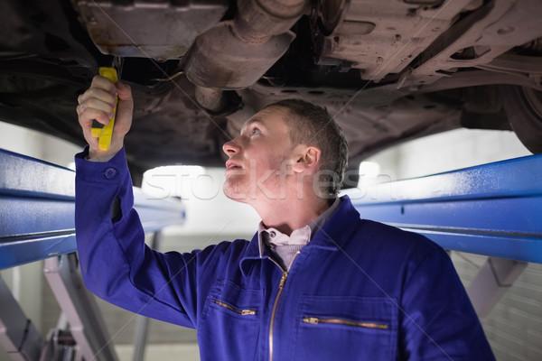 Człowiek patrząc poniżej samochodu garaż Zdjęcia stock © wavebreak_media