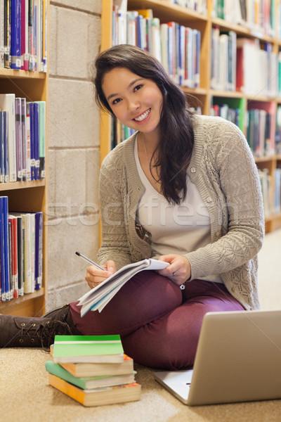 笑みを浮かべて 学生 作業 ノートパソコン ライブラリ 階 ストックフォト © wavebreak_media