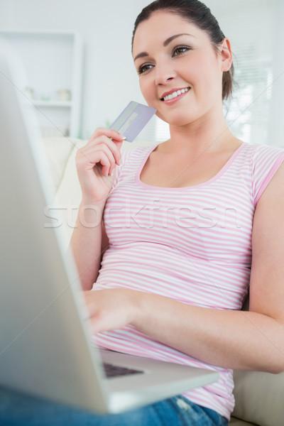 Сток-фото: улыбающаяся · женщина · сидят · диване · гостиной · кредитных · карт