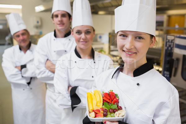 Szakács bemutat gyümölcssaláta csapat séfek konyha Stock fotó © wavebreak_media