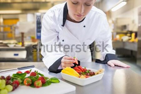 Stock fotó: Mosolyog · szakács · eper · gyümölcsöstál · konyha · étel