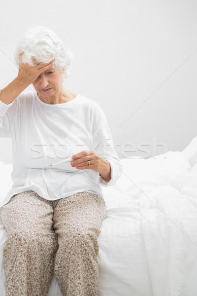 öregasszony szenvedés láz hálószoba ház ágy Stock fotó © wavebreak_media